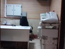 کارمند ساده کار با دستگاه کپی در شیپور-عکس کوچک