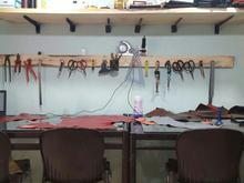 کارآموز در کارگاه چرم دست دوز در شیپور-عکس کوچک