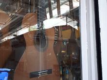 تعدادی گیتار الکتریک اکوستیک کلا سیکفلامینکو در شیپور-عکس کوچک