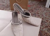کفش مجلسی سفید، کتونی قهوه ای، و چند جفت کفش بچگانه در شیپور-عکس کوچک